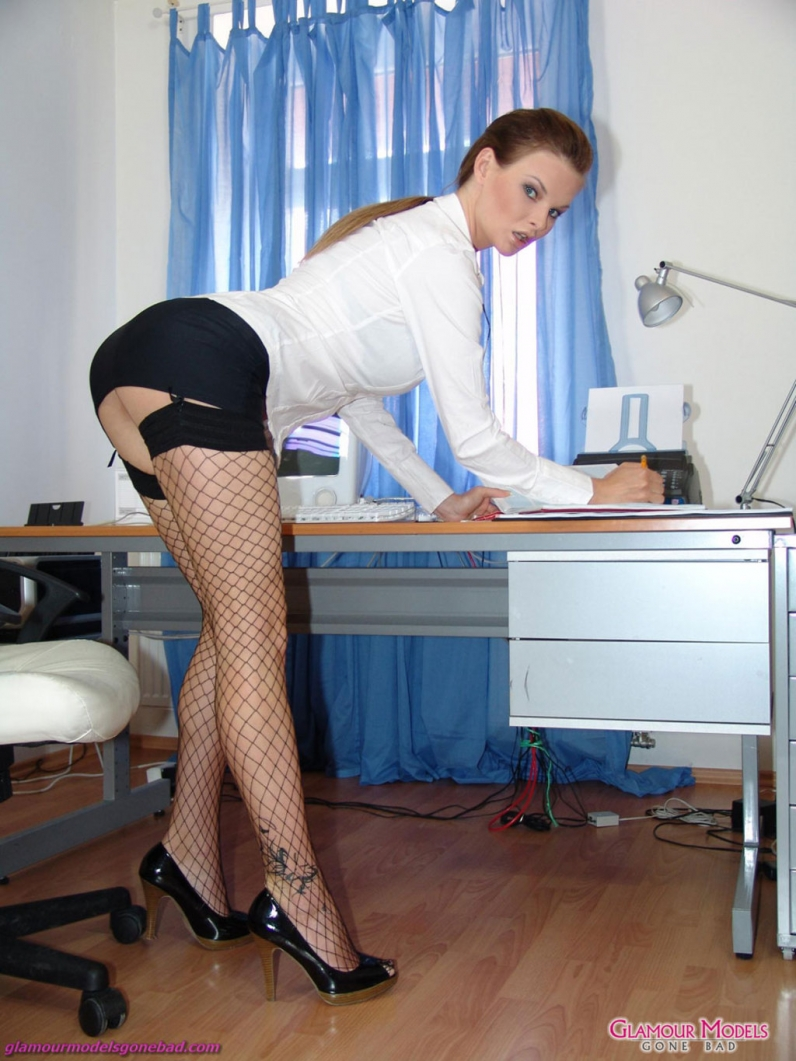 dlinnonogie-v-ofise-porno-foto