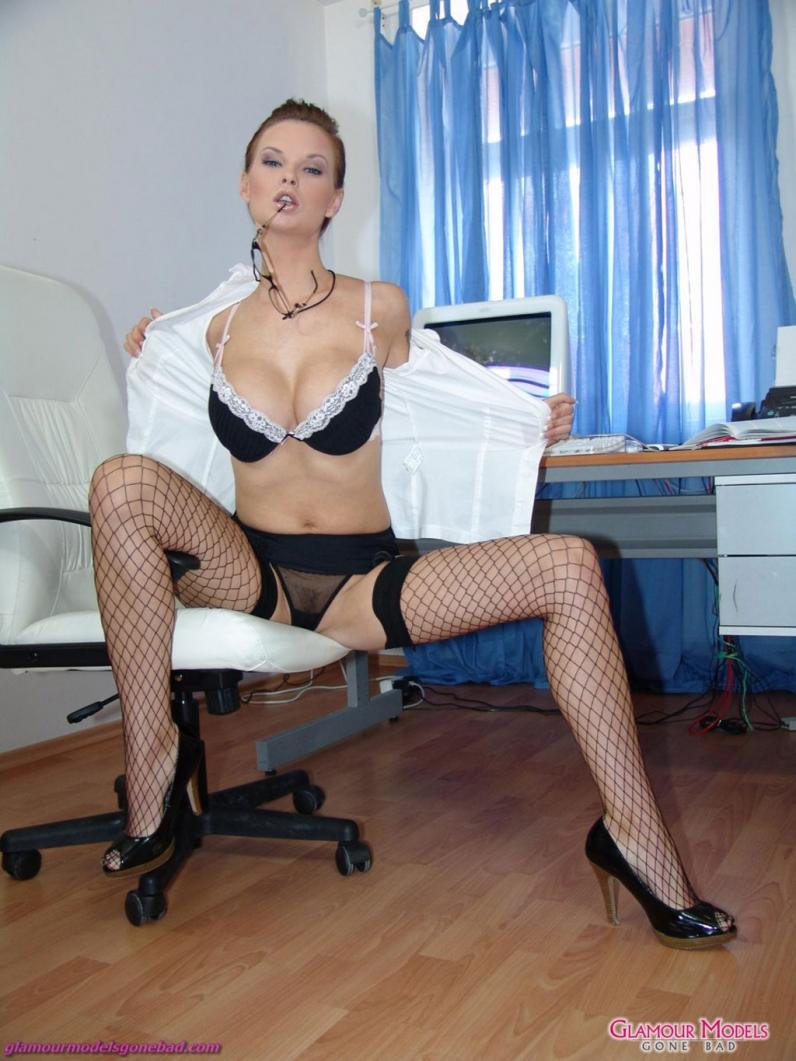 Секс с секретаршей на столе в стрингах и чулкпх 22 фотография