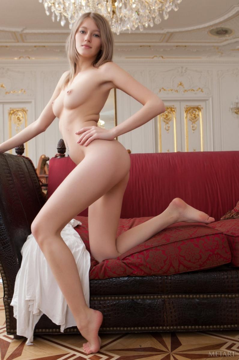 Молодая голая попа Милы через разорванную одежду
