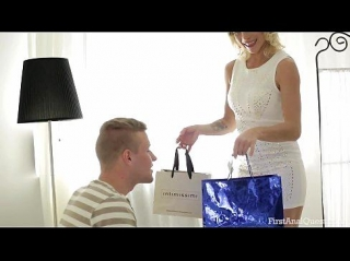 Вернувшаяся из магазина жена продемонстрировала купленное белье, а муж ее раздел и дал за щеку, перед тем как рачком и лежа на диване трахнуть