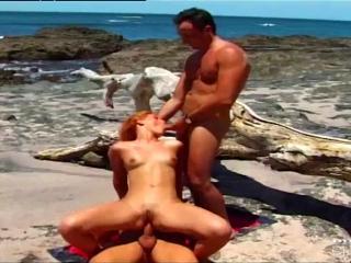 На пляже двое парней с пристрастием отжарили рыжую бестию и кончили ей в рот и анус