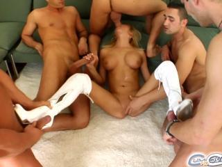 Пятеро мужиков оттрахали одну длинноногую блондинку, кончая на ее смазливое личико