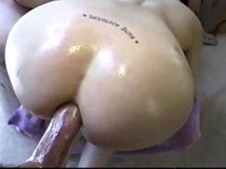 Муж ебет жену в облитую маслом соблазнительную жопу