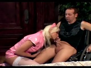 Медсестра в униформе из розового латекса отсасывает чуваку сидящему на стуле