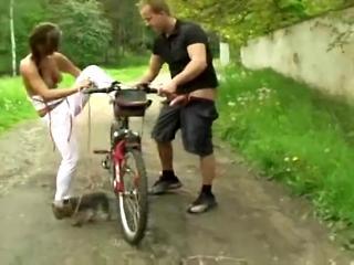 Велосипедист прокатил деревенскую чиксу с длинной косой и трахнул ее на лужайке возле дома