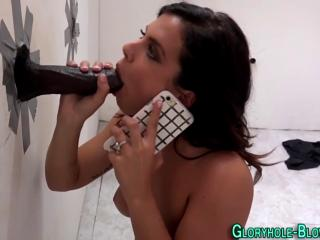 Проворная мексиканка сосет член в туалете и одновременно разговаривает с подругой делясь впечатлениями