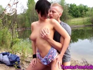 Парень на пикнике на берегу озера чпокнул свою подружку
