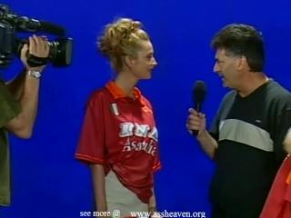 Репортеры взяли у танцовщицы интервью и не ожидали, что все зайдет дальше и она отсосет у них на глазах пипку своего партнера