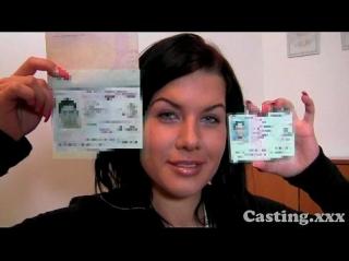 Молодуха показывает на камеру свои водительские права и студенческий билет объясняя, что ей уже достаточно лет, чтобы по сценарию быть выебанной в жопу