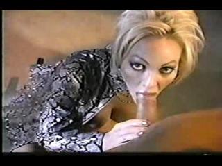 Порно звезда с хуем во рту не отводит глаз от камеры и смотрит в нее, когда из члена вылетает сперма на ее лицо