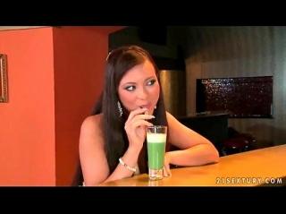 Томная красивая Natalia Forrest потягивала через соломинку коктейль в баре и не отказалась попробовать напиток из толстой соломинки бармена