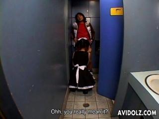 Голодная до мужиков официантка кафе в кабинке туалета стоя на коленях делает минет подвыпившему японцу