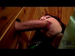 Грудастая без участия рук довела просунутый в дырку хуй до семяизвержения и слизала с залупы всю сперму