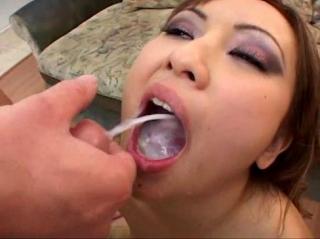 Широкощекая азиатка сглатывает сперму из переполненного рта и снова открывает рот для новых порций в межрассовом групповом буккаке