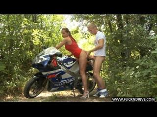 Остановив байк в лесу парень предложил устроить девушке незабываемые анальные покатушки, которые не сравняться с теми, что он устроил ей на мотоцикле