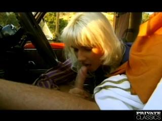 В ретро фильме таксист на капоте копейке трахает телок в одежде