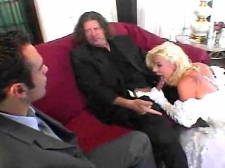 Невеста в ретро фильме, после бракосочетания отсасывает хуй мужа, во время его общения со свидетелем, позже оба ебут ее дуплетом