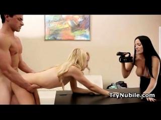 Семейная пара организовала кастинг, на котором жена снимала как муж трахает первую актрису блондинку