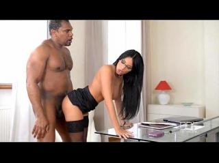Чернокожий босс требует от секси подчиненной интимной близости, девушка в очках вынуждена ему уступить, глотает его черное чудовище почти до яиц и подставляет красивую попку