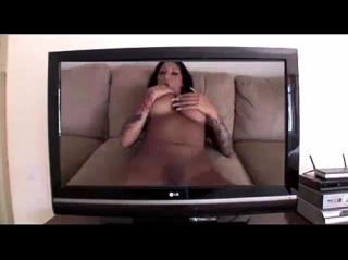 Порно актриса из телевизора вдруг оказалась в комнате с обычным парнем, поласкала его богатырский хер ртом и раскинула ноги для классического секса