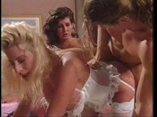 В ретро фильме посетитель клиники отпехел двух красивых медсестер в униформе, засаживая им в волосатые кунки и зудящие дупла