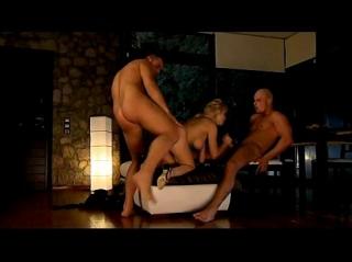 Зрелую блондинку Mandy Dee двое подвыпивших грабителей опробовали двойным проникновением в большую жопу