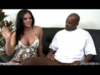 Негр пришедший на прием отказывается уходить, пока большегрудая секс бомба,  работающая секретаршей не посмотрит на его огромный хер, увидев который ее уже не остановить