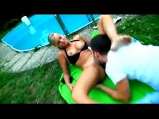 Сочная блондинка с большими сиьсками у бассейна раздвигает ляжки, парень лижет ее киску, а дома пердолит раком на коврике